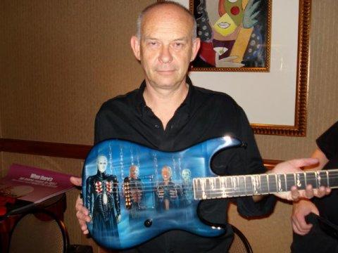 Doug Bradley con la guitarra Hellraiser
